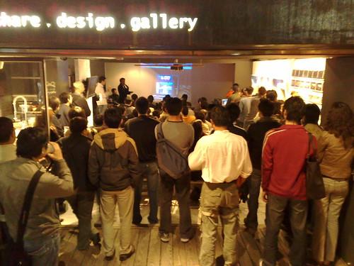 阿六正在講Demo,今天人潮滿到門口