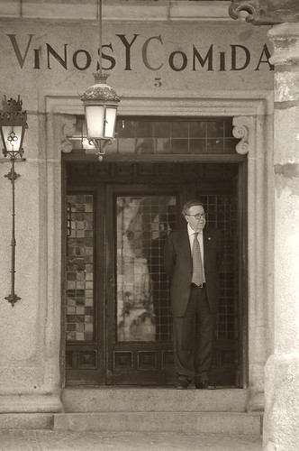 Alberto Cándido a la puerta de su mesón. Foto Pedro Merino