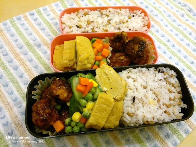 主菜是糖醋豬肉丸,配菜是小黃瓜炒三色蔬菜加過鹹的醬油玉子燒。