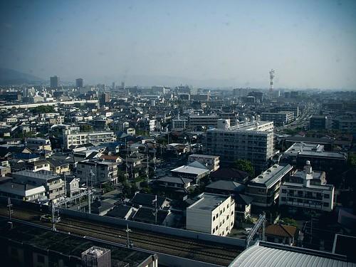오사카의 지하철과 주택들, 그리고 다른 여러 건물들.
