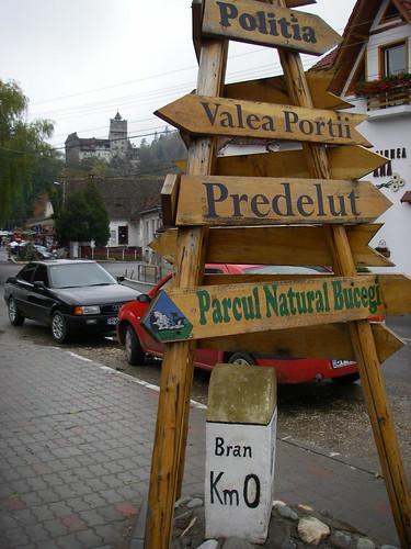 Carteles de madera en la población de Bran, en Transilvania