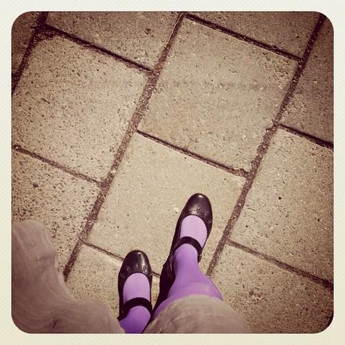 Bara måste fota dagens strumpor #lila #bibliotekarie av Anna-Stina Takala / CC by 2.0