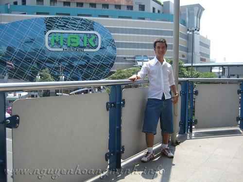 Chụp trước mặt tòa nhà MBK, một trong những tòa nhà của khu phức hợp mua sắm khu Siam.