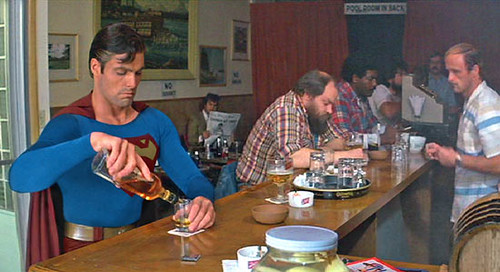 Superman bebiendo alcohol