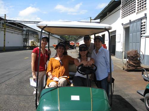 Periodistas visitan la planta de Ponche Crema