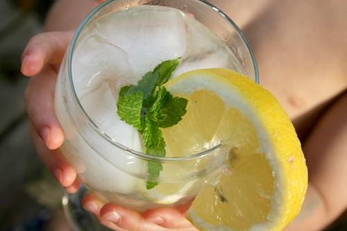 nehe_holding_lemonade