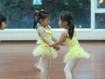 【舞蹈班紀事】右右妹妹對左左姊姊的照顧(3.9ys)