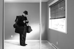 [Illustration d'un homme avec un chapeau melon et des bagages sur le dos