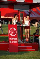 原來紅衣長腿軍團是煙商請來的 show girl,她們很敬業,會跟著節奏擺動,不過主辦單位不給近拍,只好偷拍了。XD