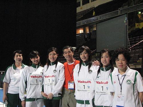 泳總主席麥志權、鄭若虛及李富嬋教練祝賀澳門女子游泳代表隊獲短池世錦賽第六名。