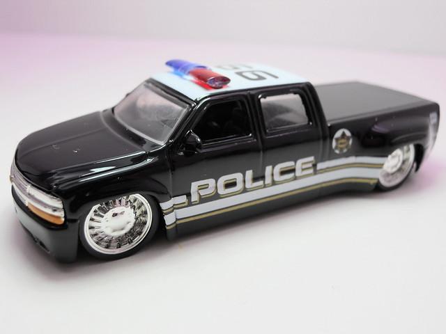 jada toys badge city heat wave 2 '99 chevrolet silverado dooley police (2)