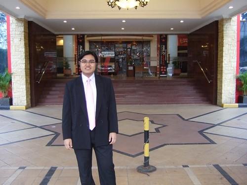 Di depan lobby gedung selecta