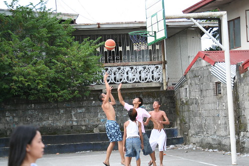 boys playing Basketball shooting hoops city scene recreation game Pinoy Filipino Pilipino Buhay  people pictures photos life Philippinen  菲律宾  菲律賓  필리핀(공화�) Philippines