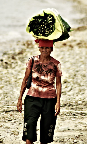 green vegetable on head woman old  batangas Pinoy Filipino Pilipino Buhay  people pictures photos life Philippinen  菲律宾  菲律賓  필리핀(공화�) Philippines