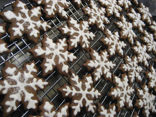 Gingerbread Snowflakes by Up Late Cakes.