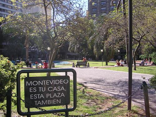 Un parc tout propre, avec de l'herbe bien verte et des fontaines en eaux! ça faisait longtemps que je n'avais pas vu une place aussi fleurie et entretenue. Un certain respect des infrastructures publiques.