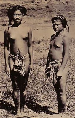 Bontoc girls indigenous tribe traditional  Philippine Buhay Pinoy Noon old pictures photograph black and white Philippines  Filipino Pilipino  people photos life Philippinen