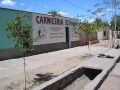Des petits commerces ( qui n'ouvrent que de 8 à 12 h et de 18 à 21h) devant des caniveaux provenant directement du lac artificiel permetant une irrigation constante des terres.