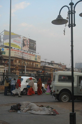 Jodhpur station_站旁的貧民尚末起床