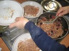 Spaghetti con olive fritte, pomodorini e mollica | Ultimi momenti prima dell'assaggio