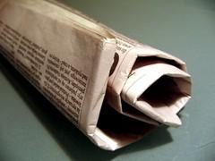 Zeitung zusammengerollt por Schuhe Welt