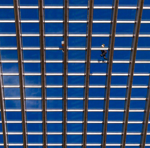 Walking in the Blue Sky (Liège Guillemins) - Photo : Gilderic