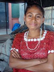 Smiling woman in the market - Mujer risueña en...