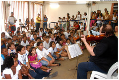 O violinista Jerzy Milewski se apresenta para estudantes de Olinda na MIMO 2009. Foto: Passarinho/Pref.Olinda