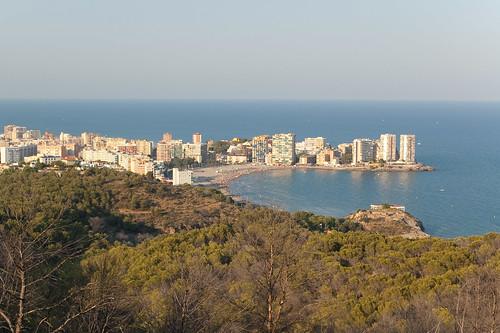 Playa de La Concha a los pies del monte Bovalar