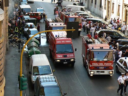 I Vigili del fuoco in azione per spegnere lincendio