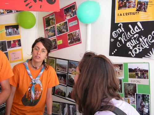 La Mostra 2009: l'Esther Cierco demanant informació de l'esplai