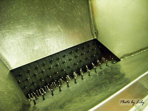 豬肉水煮完後以這台機器拉絲。