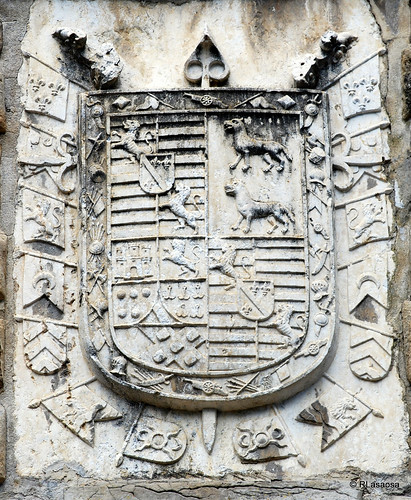 Escudo en piedra en el «Portal de San Nicolás», situada en los Jardines de la Taconera