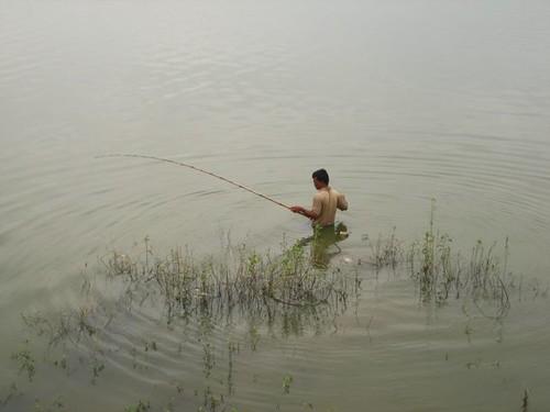 พอมองลงไปในทะเลสาบ จะเห็นคนยืนตกปลาในน้ำมากมาย เลยรู้ว่าทะเลสาบน้ำตื้น แต่ทำไมต้องลงไปตกถึงในน้ำเลยล่ะ