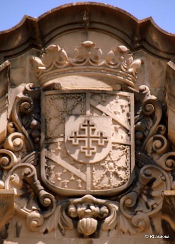 Escudo situado en la fachada del Palacio del Marqués de Vesolla, ubicado en la confluencia de la Calle Nueva con el Rincón de la Aduana.