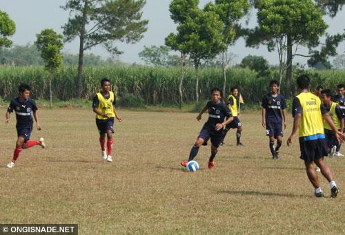 Latihan Arema di Lapangan Lanud Abd. Saleh