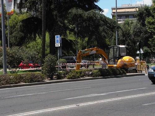 Excavadora metida en carril bici avenida Conde Vallellano Cordoba España