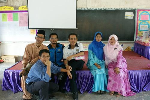 Dari kiri: Aku, Azhar (duduk), Risaudin, Baqir, Hasliza dan Kak Ti