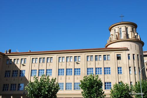 Colegio Santa María la Real, de los PP. Maristas, entre la Avenida de Galicia, calle Sangüesa y calle Tafalla, obra de 1956 de Victor Eusa.