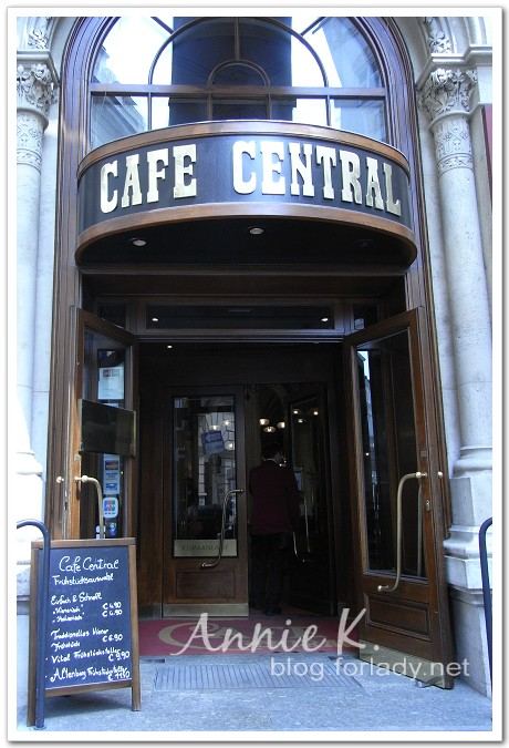 中央咖啡館外