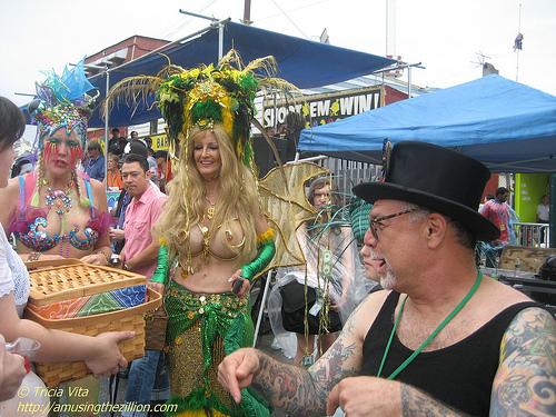 The Mayor of Coney sez put picnic basket bribe right here! Photo © Tricia Vita/me-myself-i via flickr