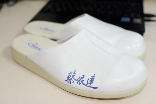 又拿到新鞋囉∼照慣例,寫名字!