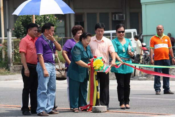 Vice Mayor Flor Congson cuts the ribbon across the National Highway fronting Landbank and Jollibee, assisted by City Hall Department Heads Rodilon Lacap and Jon Quimosing, together with Landbank Manager Luz Ecarma, among others. - photo by Kyawster