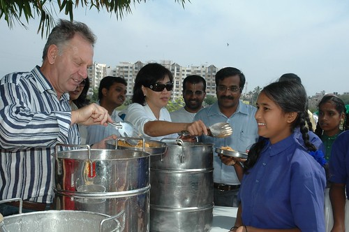 Chief Globalization Officer and Executive Vice President of Cisco Services, Wim Elfrink, along with Cisco volunteers in Bangalore, India for the Hunger Relief campaign by Cisco Pics.