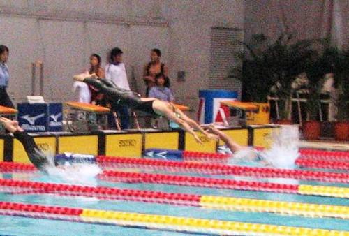 811馬卓薇(中)在50米蝶泳穿著神奇泳衣出戰