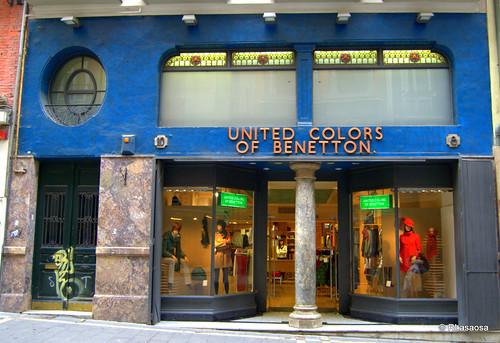 Fachada modernista de una tienda de «Bennetton», en la calle Chapitela de Pamplona.