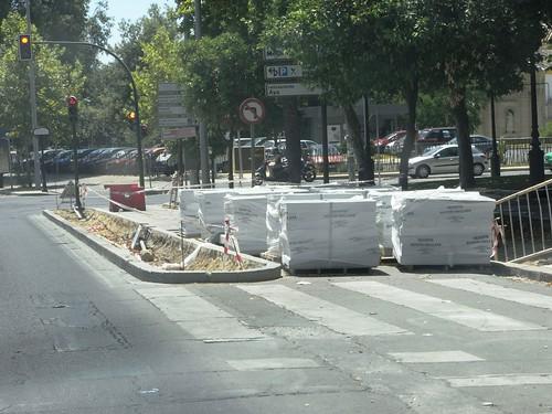 Carril Bici cortado para utilizarlo como almacen Avda. Conde Vallellano en Córdoba.