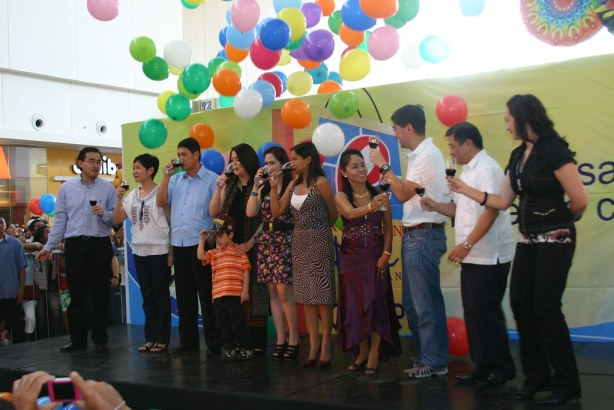 RLC Pres Frederick Go, Robina Gokongwei-Pe, Mayor Acharon, Dawn Zulueta-Lagdameo,Jinkee Pacquiao,  Representative Darlene Custodio, Dionisia Pacquiao, JG Summit Pres Lance Gokongwei, Commercial Center Division Pres Cornelio Mapa, and host Donita Rose raise and drink their toasts for Robinsons while balloons fall down from the ceiling.