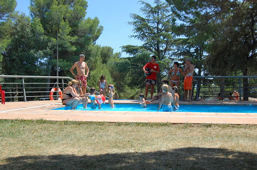 Niños jugando en la piscina (2)