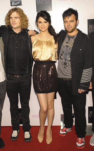 Onitsuka Tiger's Selena Gomez And The Scene Record Release Party - Carpet por dtodoblog.